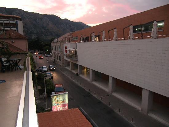 Tianis Apartments: ホテル前のショッピングセンター