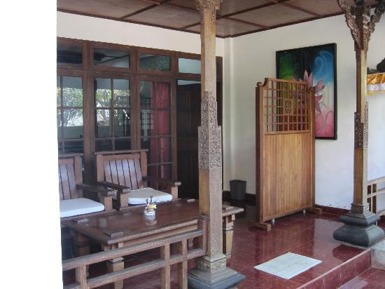 Hotel Puri Rai: 一階の部屋の入り口
