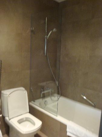 AC Hotel Sevilla Torneo: camera bagno