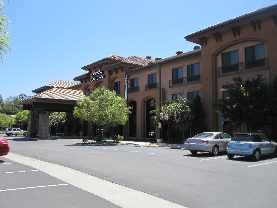 Hampton Inn & Suites Temecula: Front of hotel