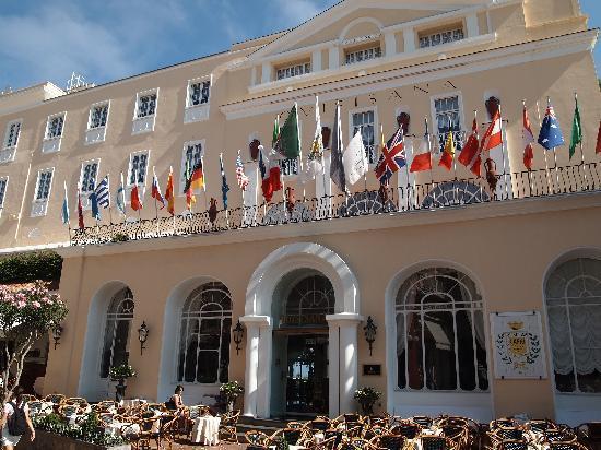 Grand Hotel Quisisana: 国旗が目印のホテル正面