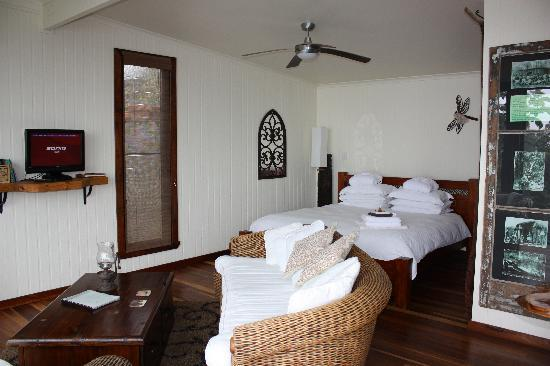 At Remingtons Lodge & Private Cottages: Comfy king bed