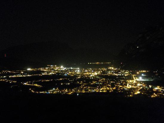 Acetaia del Balsamico Trentino Bed & Breakfast: la vista di notte dalla terrazza