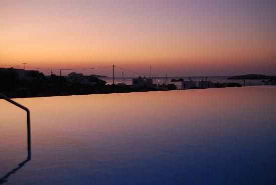 Anemi Hotel : aurore sur la piscine d'Anemi et la baie de karavostassis