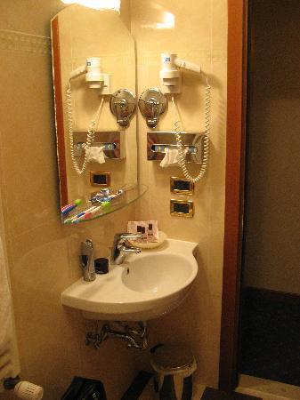 Residenza Ae Ostreghe: Nice large bathroom
