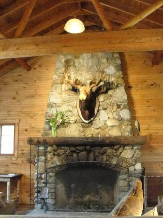 Kawanhee Inn: Lodge fireplace