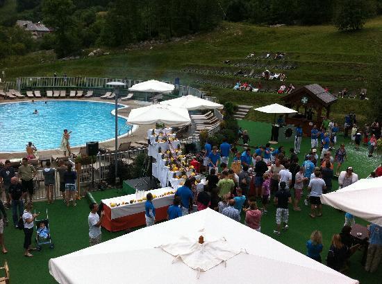 Barbucue autour de la piscine picture of club med serre for Briancon piscine