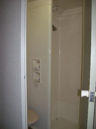 Ibis budget Wentworthville: bathroom cubicle