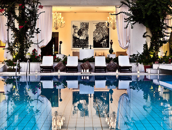 La Piscine Art Hotel: Pool by night