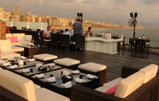 Movenpick Hotel Beirut: On top: The Square Sushi-Bar with view over the Corniche