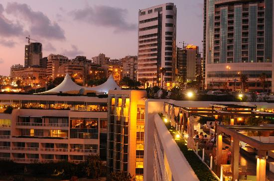 Movenpick Hotel Beirut: The view at night from the roof restaurant