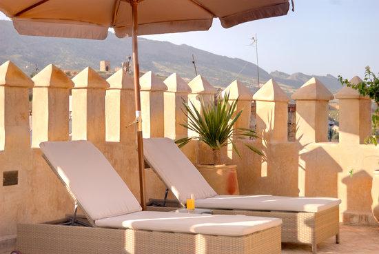 Riad Adarissa: Bain de soleil sur la terrasse