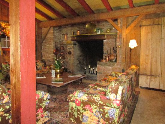 Inn at Sawmill Farm: fireplace room