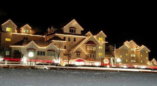 Cherry Tree Inn & Suites: The Cherry Tree Inn at Night