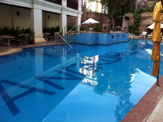 New Angkorland Hotel: The pool is near to their open-air pub