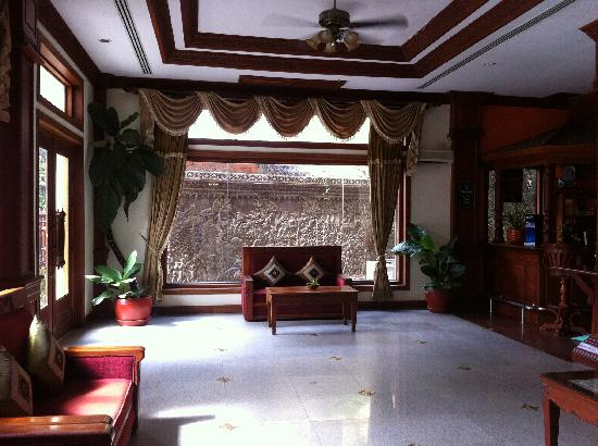 New Angkorland Hotel: Lobby area is grand and the hotel bar just beside it ^^