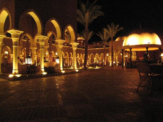 The Grand Makadi Hotel: The front outside bar area at night