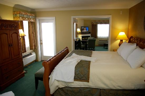 Cherry Tree Inn & Suites: Sleeping Bear Dunes Suite - Master Bedroom
