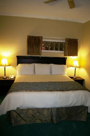 Cherry Tree Inn & Suites: East Bay Suite - Master Bedroom