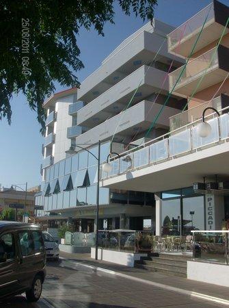 Hotel Foschi : l'esterno dal lungomare