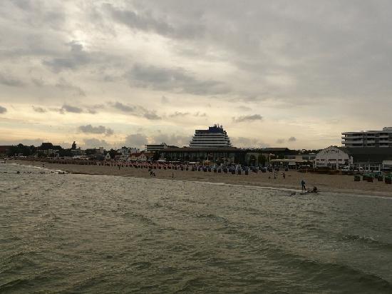 Carat Golf & Sporthotel: Hotel von der Seebrücke gesehen (2)