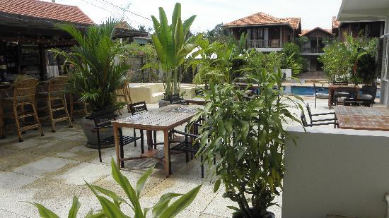 Bambu Battambang Hotel: Vista dalla Lobby su piscina e camere
