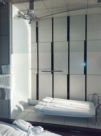 คราวน์พลาซ่าลอนดอน เคนซิงตัน: Bathroom bath and shower 2
