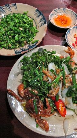 Cuc Gach Quan: softshell crab + thien ly flowers