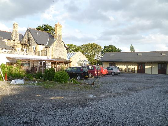 The Manor House Hotel: Back of main hotel,chalets and ample parking