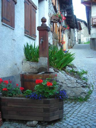 La Liero : dalla strada in salita vedrai la fontanina