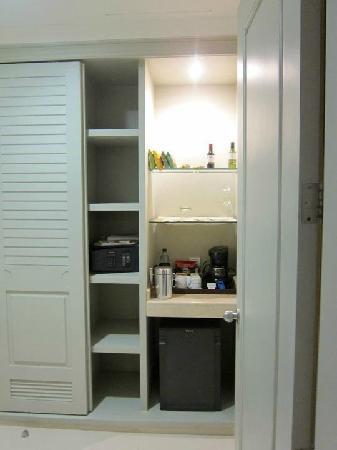 Iberostar Grand Hotel Bavaro: Closet with safe and minibar