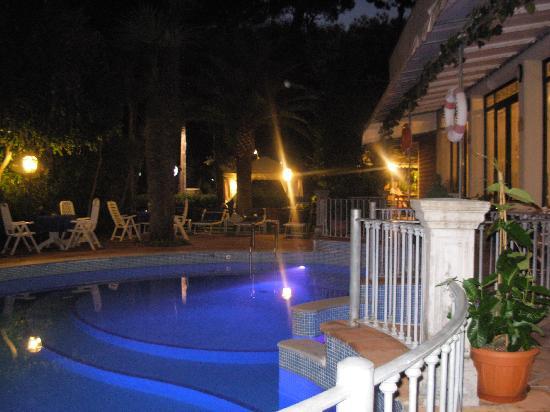 Hotel Kyrton: piscina di notte