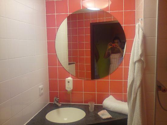 B&B Hotel Koblenz: Das kleine bunte Bad