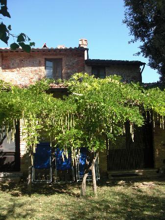 Azienda Agricola Cimbolello: Giardino davanti all'appartamento