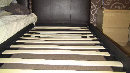 Central Serviced Apartments: The bent slats of the bed