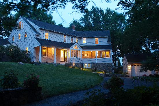 Pheasant Hill Inn: Evening lights
