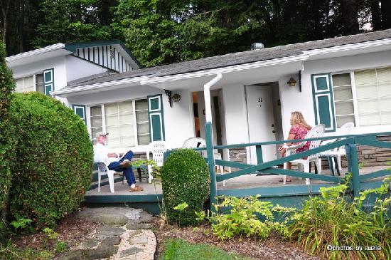 Abbey Inn Motel: Enjoying the Porch