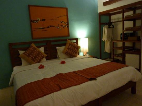 Cocotinos Sekotong, Boutique Beach Resort & Spa : chambre petite et sombre