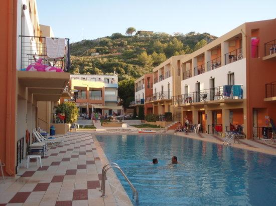 Sunrise Village Hotel: Poolen