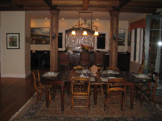 Pine Grove Bed & Breakfast: Kitchen/dining room table where breakfast is served.