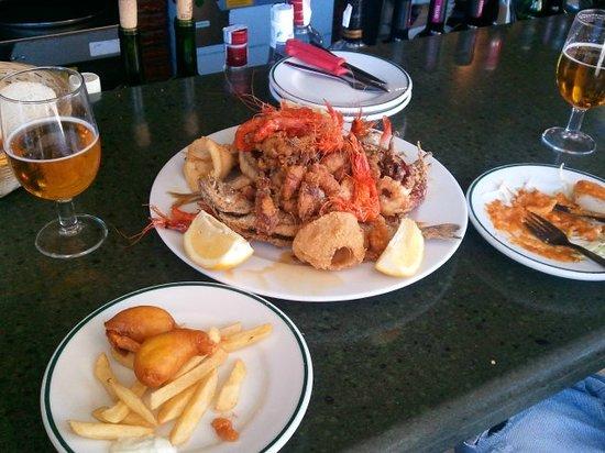 Bar La Gamba de Oro: Fritura de pescado para 2 personas.