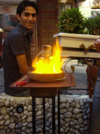 Aloran Cafe & Restaurant: Owner Hakan with our spectacular 'Teste'
