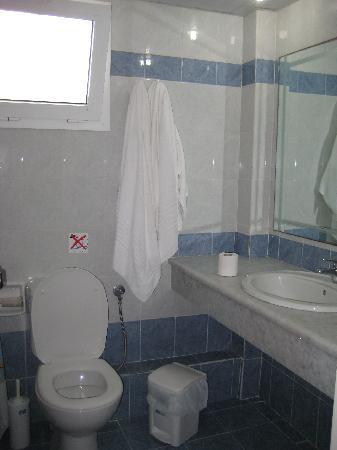 Meridien Beach Hotel: bathroom