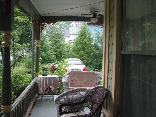 The Looking Glass Bed and Breakfast: Front Porch