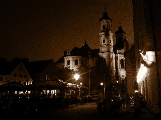 Akzent Hotel Brauerei Hirsch: Evening meal on the square