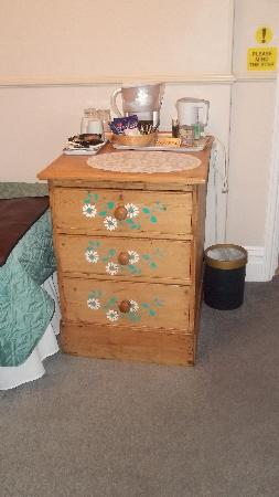 Southlands Guest House: Bedroom 2 drawers and excellent tea making facilities