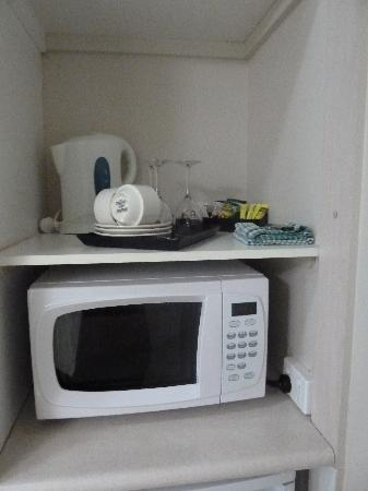 Comfort Inn Cairns City: microwave area