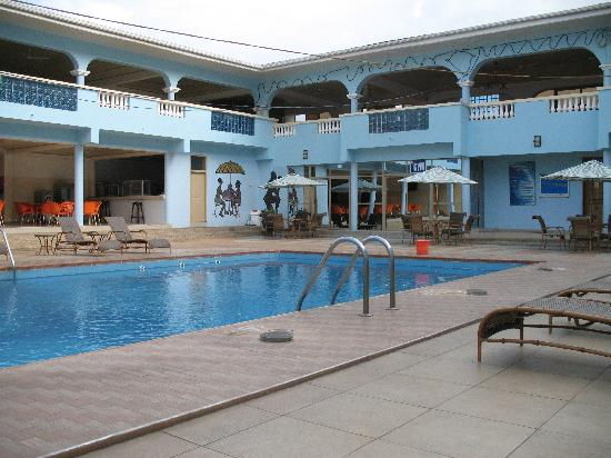 Koforidua, กานา: Pool, bar, and gym