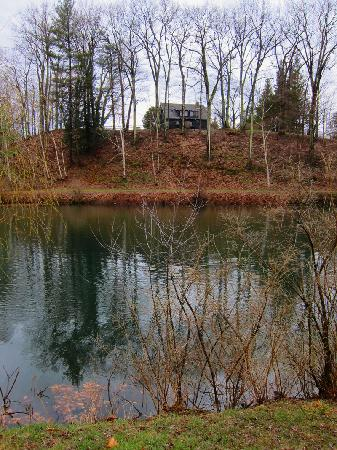 Steep Acres Farm Bed & Breakfast: View of the pond with another house in the background