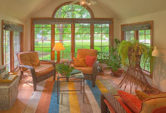 Cedar Gables Bed and Breakfast: Sunroom